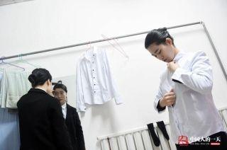 去年7月,晓培成功应聘成为了一名接机员。晓培和同事张丽丽租住在同一栋楼里,每天一起出发去机场上班。 (来自:腾讯图片) (摄影:张伟)