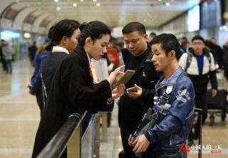出站的乘客们被接机员吸引,询问如何办理接机服务申请。 (来自:腾讯图片) (摄影:张伟)