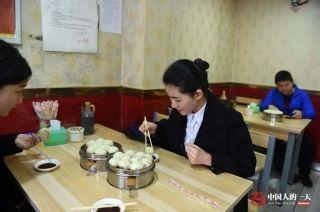 如果时间充裕,晓培可以安心地吃上早餐,但更多时候是打包带去单位吃。 (来自:腾讯图片) (摄影:张伟)