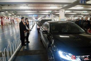 晓培和刘帅帅目送乘客离开。 (来自:腾讯图片) (摄影:张伟)