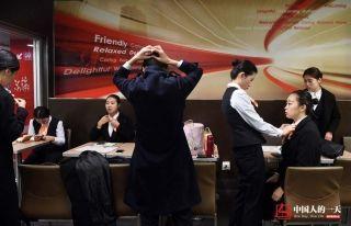 上岗前接机员各自检查妆容和衣着。 (来自:腾讯图片) (摄影:张伟)