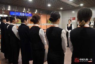 晓培是班长,在班前会上给姑娘们安排布置当天的工作。 (来自:腾讯图片) (摄影:张伟)