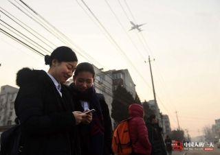 早晨7点40分,晓培和同事出发去机场。接机员的工作分早晚班,早班从早上9点到下午6点,晚班则是下午5点到凌晨2点。晓培和其他同事大多住在机场附近,这样上班更方便一些。 (来自:腾讯图片) (摄影:张伟)