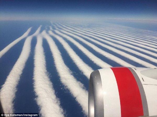 """惊呆了!乘客飞行途中拍下神秘""""尾迹云""""编队"""