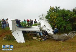 1月8日,在智利蒂鲁阿郊区,人们聚集在飞机坠毁现场。图/新华网