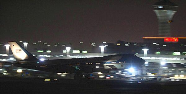 1月10日,搭载奥巴马的空军一号在奥黑尔国际机场起飞。图片来自美联社Paul