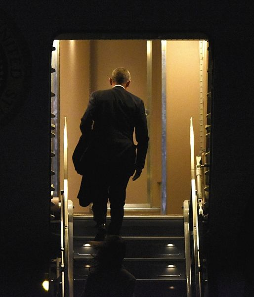1月10日,奥巴马离开奥黑尔机场之前,走上空军一号