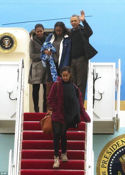 1月2日,奥巴马一家四口从空军一号上下机。图片来自美联社