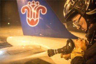 """冬季里,他是这样给飞机洗""""热水澡""""的!"""