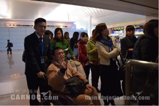 长龙特服保障小组为特殊旅客提供一站式服务