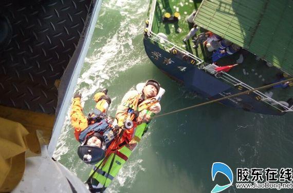 蓬莱一船员重病昏迷 救助直升机紧急飞赴救援