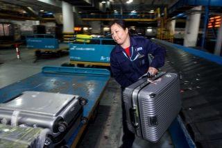行李分拣员:春运期间每天分拣11吨多行李