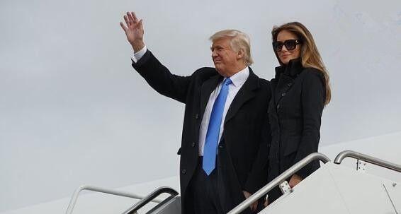 特朗普一家搭专机抵华盛顿 新总统舱口挥手致意