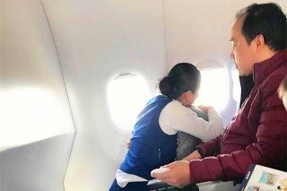 旅客恐飞浑身战栗 空姐跪地紧紧环抱15分钟