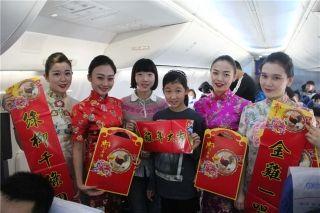 奥凯空姐身着靓丽旗袍 为旅客送上新春祝福
