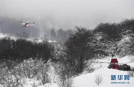 意大利雪崩发现6名生还者 直升机迅速送治