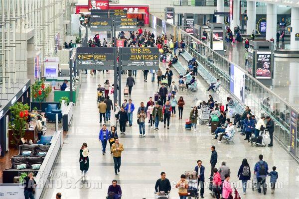 广州白云机场迎来节后返程客流最高峰