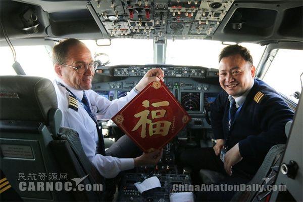 瑞丽航空首位外籍飞行员首飞成功
