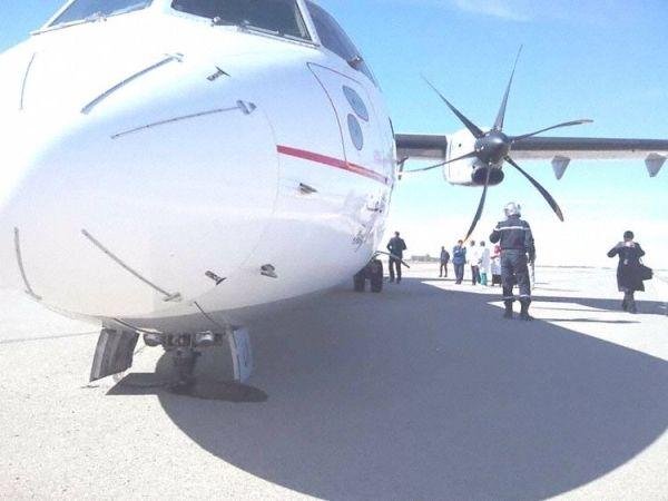 客机降落时前起落架支柱贴地 轮胎爆裂后分离