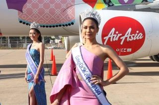 "Chalita ""Namtan"" Suansane, Miss Universe Thailand 2016, poses with other Asean beauty queens in front a Thai AirAsia aircraft with a Thai silk cloth pattern and the words ""Amazing Thailand"" printed on it. A ceremony to inaugurate the aircraft was held at Khon Kaen airport. (Photo by Jakrapan Nathanri)"