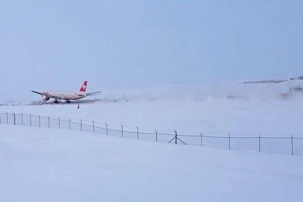 瑞航客机飞行途中出故障 紧急降落终脱险