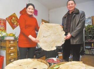 母亲做30多斤煎饼让乘机大叔行李超重 感动众人