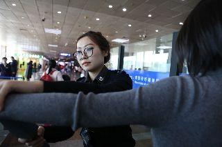 哈尔滨机场加大安检力度查获多起违禁行为
