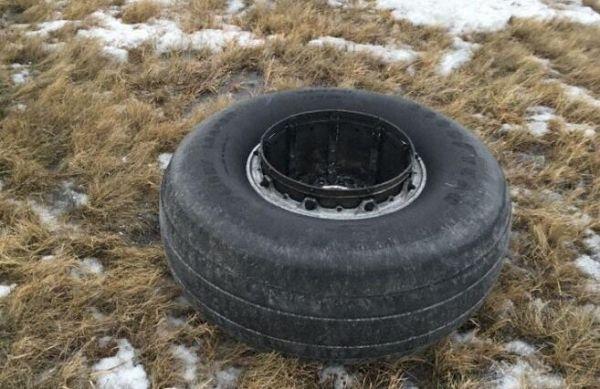 """轮胎""""出走""""砸坏跑道标志 客机盘旋耗油后降落"""