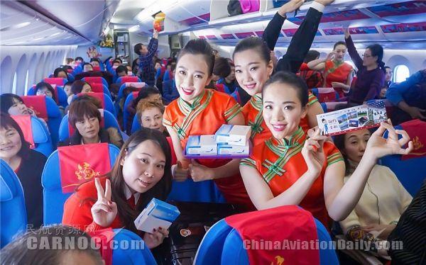 乘务员与旅客热情互动。
