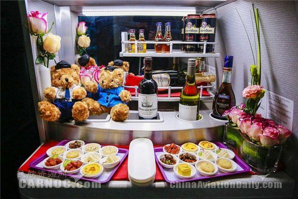 首航航班上琳琅满目的美食和美酒。