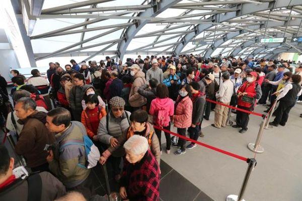 桃园机场捷运今开放自由试乘 民众早起抢头香