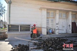 昆明抢救巫家坝机场民国候机楼:工人搬钢管搭建脚手架。 (摄影:刘冉阳)