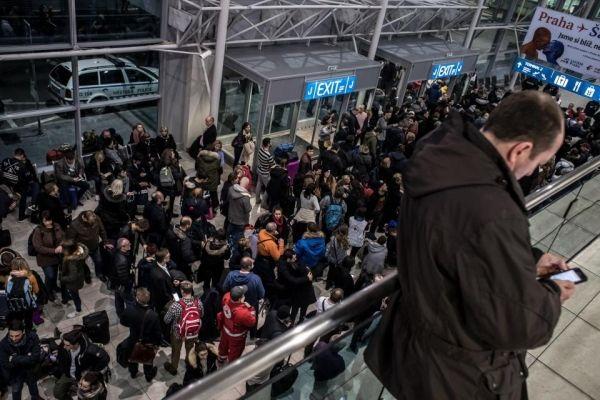 布拉格机场遭炸弹威胁后紧急疏散