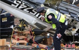 美国一小型飞机坠毁居民区 飞行员受伤