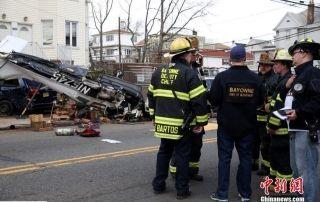 小型飞机坠毁在居民区。图/中新网