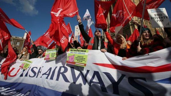 英航罢工空姐哭诉:工资低得只能吃泡面!