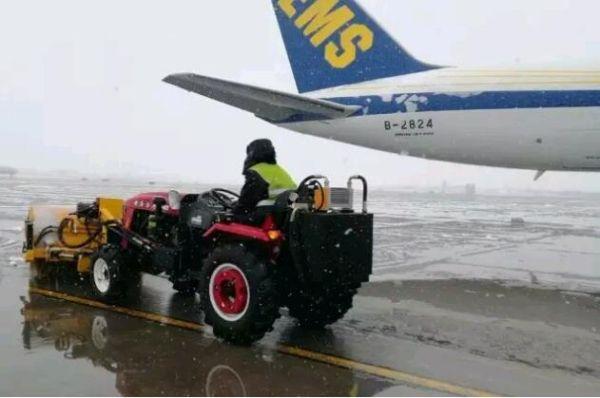 2月21日凌晨,咸阳机场迎来2017年立春首场降雪,在机场统一指挥协调下,咸阳机场除冰雪人员迅速进入除冰雪保障状态,立即启动场道除雪和航空器除冰保障工作,全力确保机场运行顺畅。截至2月21日下午,咸阳机场现场运行中心共计出动除冰雪人员180名,除冰雪保障车辆50车次,地勤公司完成航空器除冰73架次