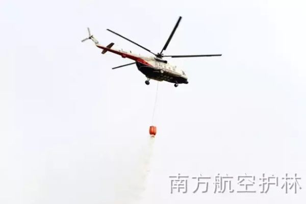 咸宁航站M-171直升机扑灭新县龙港镇森林火灾