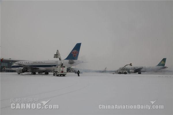 民航资源网2017年2月22日消息:2月21日晚,全国普降大雪,沈阳桃仙机场进出港航班均受到一定程度影响,截止22日14时,出港航班共延误64班,候机楼内旅客客流平缓,无明显滞留现象。机场21日最后一架航班于22日早5时18分进港,22日第一架航班于早7时23分安全起飞,间隔仅两小时。机场采取不停航除雪方式,彻夜奋战,全力保障航班起降。   21日21时05分,沈阳桃仙机场开始降雪,据预报雪情将持续到22日16时,短时出现暴雪雪量。为应对这次强降雪,机场提前做好了动员部署,加强了备勤人员力量,各保障单