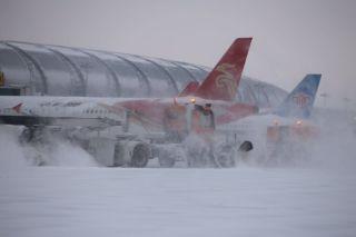 沈阳机场不停航除雪 全力保障航班起降