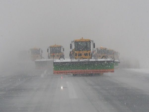 """##:图片 呼和浩特机场""""不休航""""除雪方法担任暴雪"""
