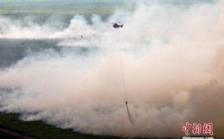 印尼境内发生林火浓烟滚滚!直升机出动灭火