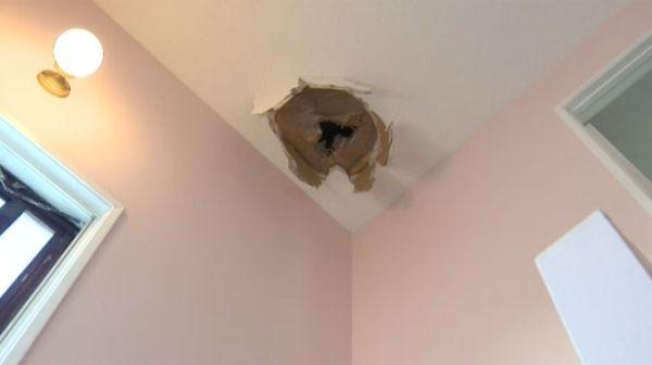 航班天上降冰块 加拿大老夫妇家屋顶被砸穿
