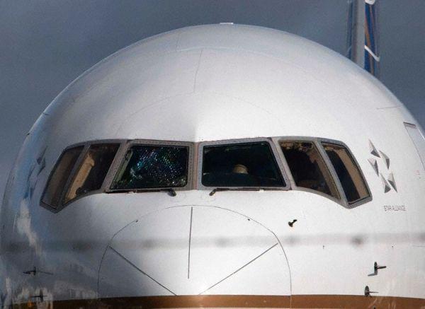 驾驶舱风挡玻璃高空中破裂 客机紧急备降香农