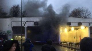 英机场隧道油罐车爆炸起火 一条跑道关闭