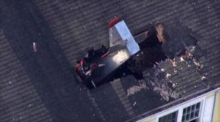 【现场】美前市长驾小飞机坠落公寓屋顶