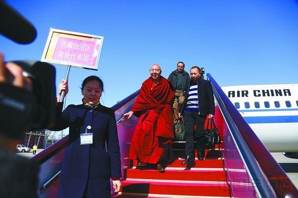 首都机场迎来两会代表抵京高峰