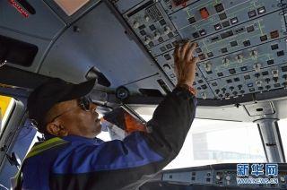 民航西藏区局机务工程部机械师普登对驾驶舱系统进行检查(2月25日摄)。 (摄影:刘东君)