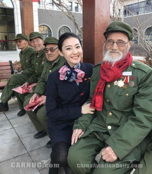 中国联航延安航线空姐穿红军服装亮相客舱
