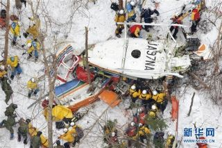 3月6日,在日本长野县山区,救援人员在直升机坠毁地点工作。